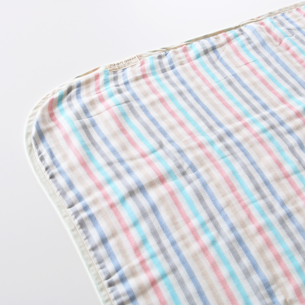 通気性が良いので夏は1枚で涼しく、冬は布団に重ねることで保温性を発揮