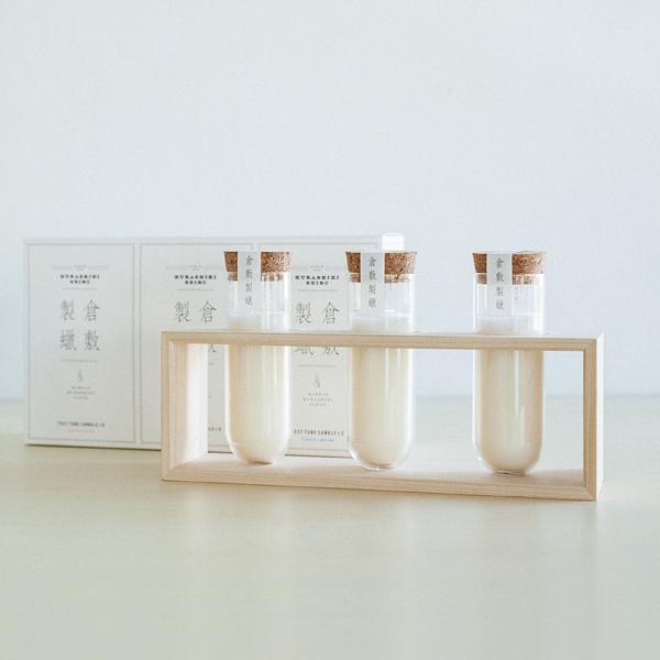 香りの異なる3つのグラス入りキャンドルと、木製スタンドのセット