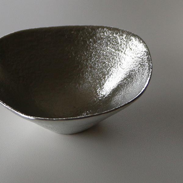 錫素材独特の濡れた様な艶