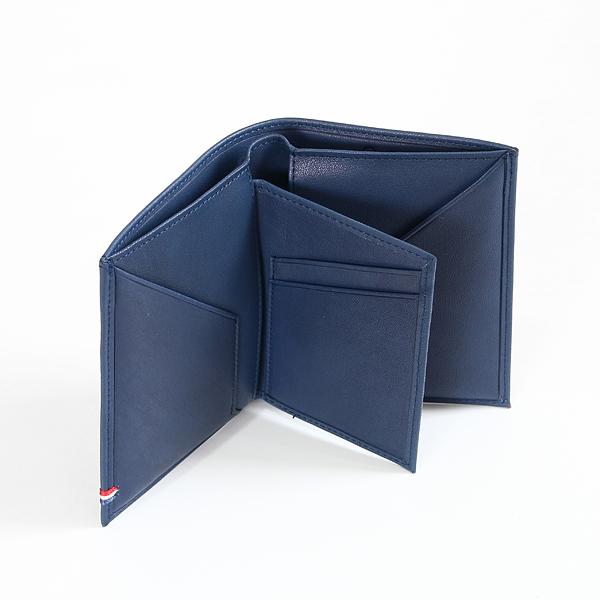 よく使うカードが多い場合は、カードケースを半分出した状態での使用がおすすめ(NAVY BLUE)