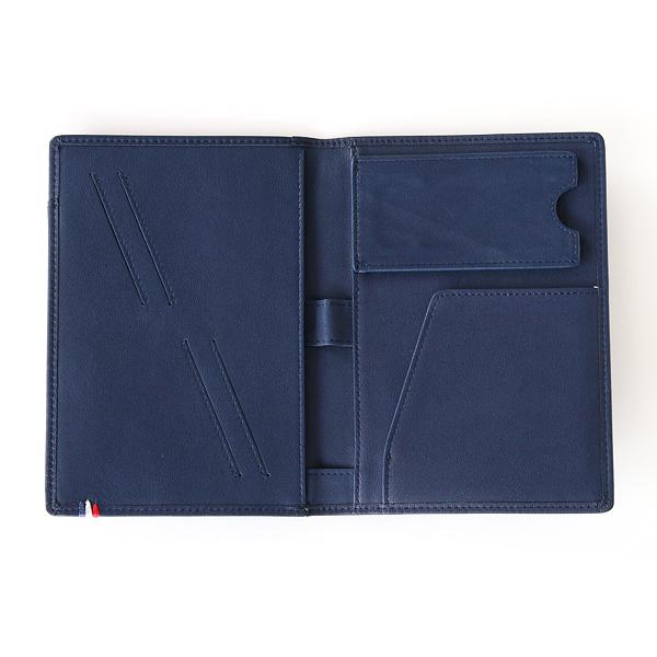 内側には左右のポケット、カードスリット、ペン差し、鍵ポケットなどがついています