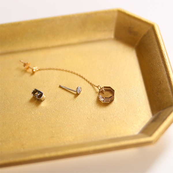 片耳にはダイヤなどの小さい天然石を合わせて
