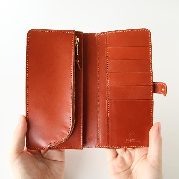 左側にコインとお札、右側にカードケースを配した中身が一目でわかるフラップデザイン
