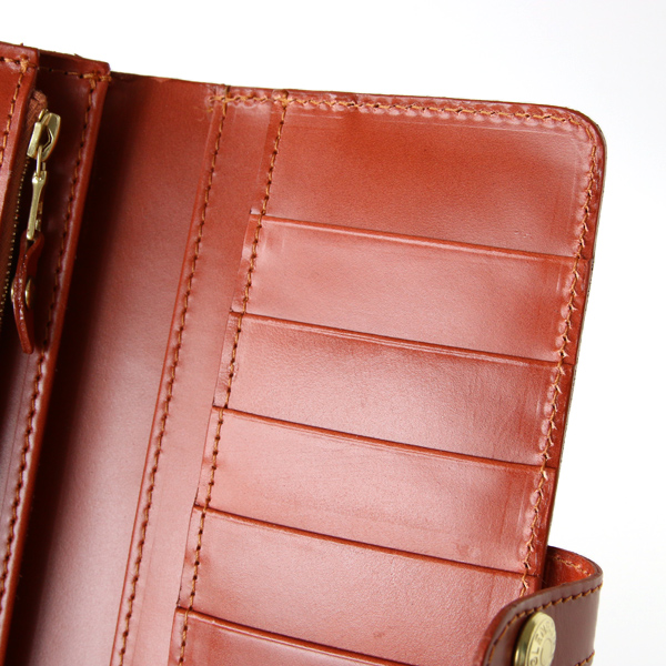 カード収納部分の下にも、お札やレシート用ポケットが2段あります