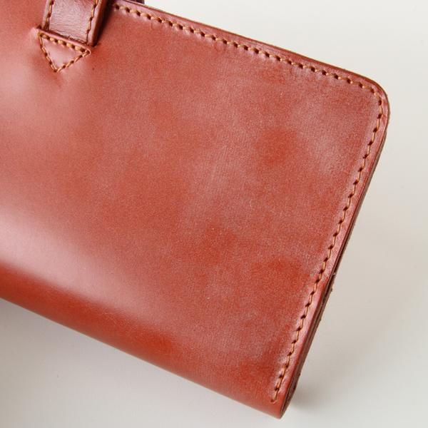 革の表面に浮き出ている白い粉は、革の強度(耐久性)にとって必要な天然脂肪分です