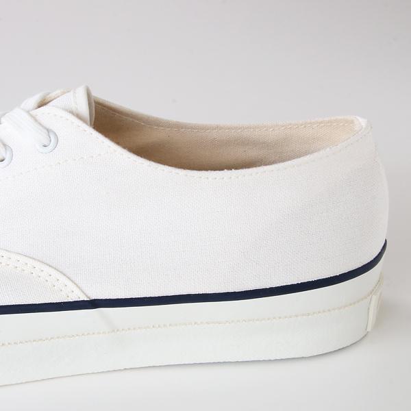 左右比対称の履き口のカーブなど、革靴さながらのパターンは熟練のパタンナーの手によるもの