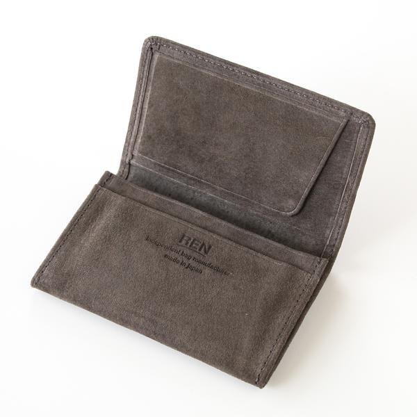 メインポケットの手前側と、カードホルダーの後ろ側にそれぞれサブポケットつき