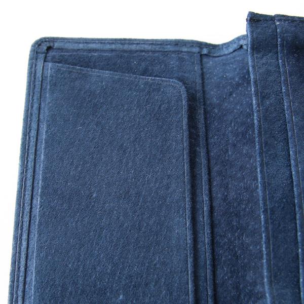 ヌバック特有の上質な肌ざわりで、長年使い込まれたような雰囲気のあるピッグスキン素材