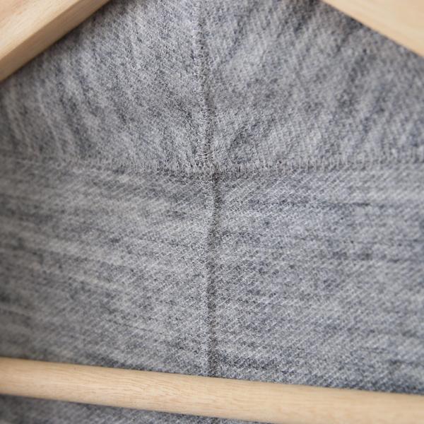 縫い代がないシームレスな縫製で、スマートフォン1台分軽い着心地を実現(肌側 首後ろ部分アップ)