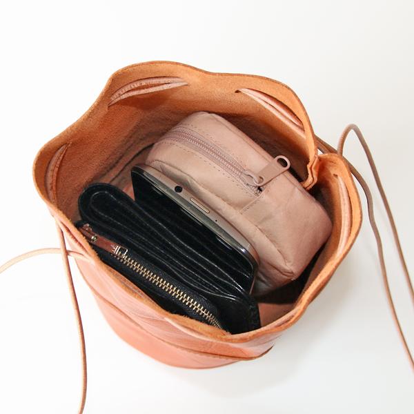 ミニポーチ、スマートフォン、2つ折り財布を入れた様子