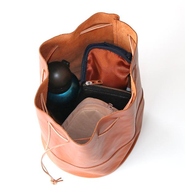 長財布、600mlボトル、2段折り畳み傘、ポーチ等を入れた様子