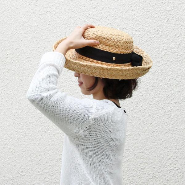 着用イメージ(ざっくりと編まれたラフィアが、夏の日差しにぴったり)