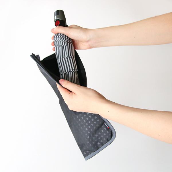 雨に濡れた折りたたみ傘を持ち歩くのに便利なドライバッグ