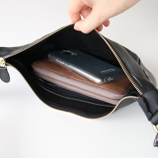 長財布、スマートフォンを入れた様子