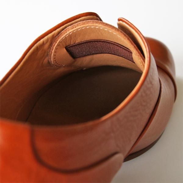 靴紐なしで履けるよう、甲部分の内側にゴムを仕込んでいます