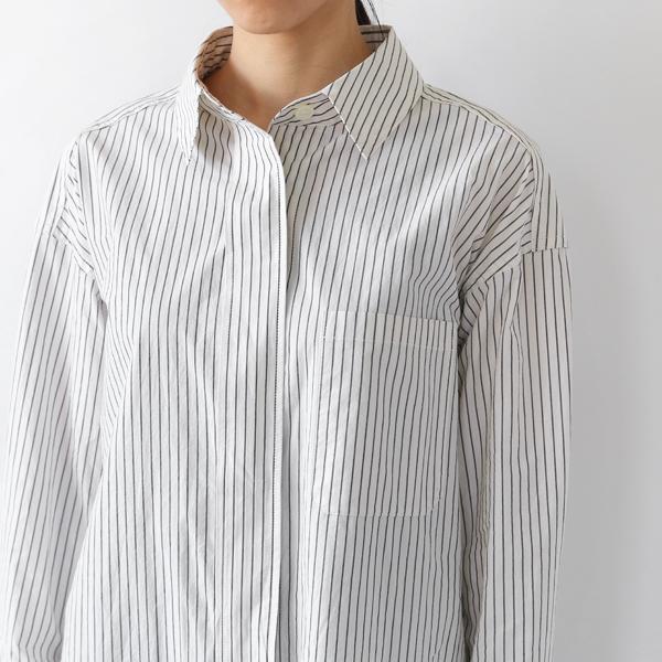 胸ポケット付き、肩落ちのデザイン