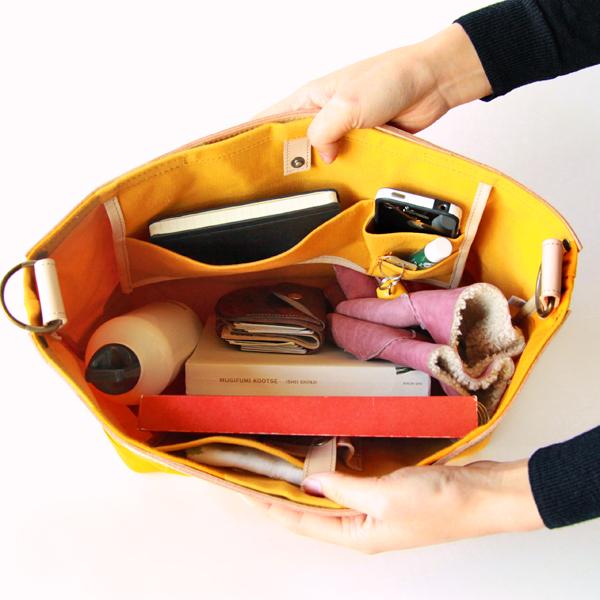 マチガあるのでお弁当箱やボトルも入り、小物は内ポケットに分けてすっきり収められます