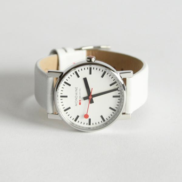白と黒。そして赤い秒針という3色が絶妙にマッチした時計