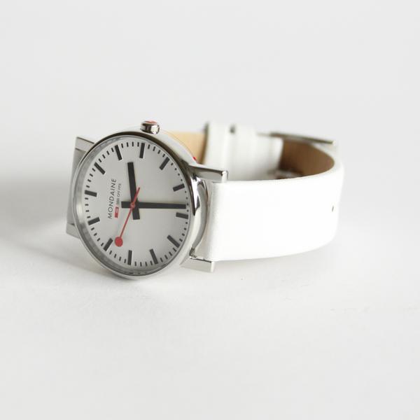 シンプルで飽きのこないデザインの文字盤に、真っ白いベルト