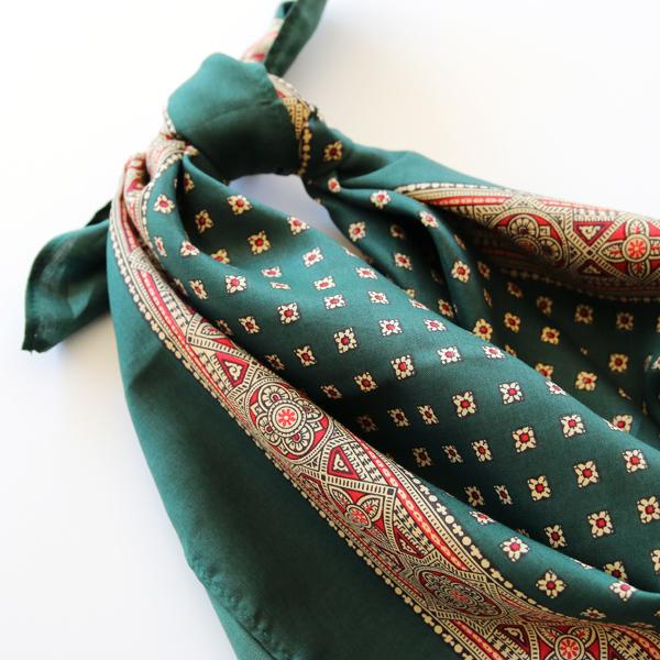 しっとりとした手触りのバンダナで、糸に若干の光沢が感じられます(GREEN)