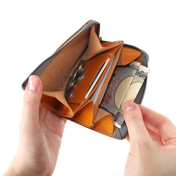 3つのポケットには、コインや折ったお札、カード類、領収書等が入ります