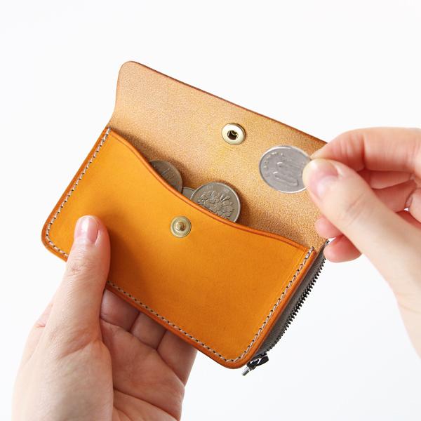 前面のフラップポケットは小銭入れ