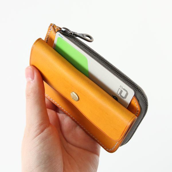 フラップポケットとメインポケットの間にはカードを差し込めます