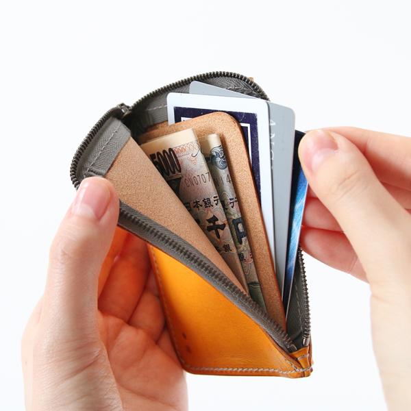 内側には仕切りを設けており、カード類とお札を分けて入れられます