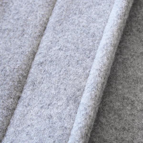 高密度に打ち込んで練り上げたメルトン生地は、丈夫で防寒性が高く、ソフトな肌触りである点も特徴