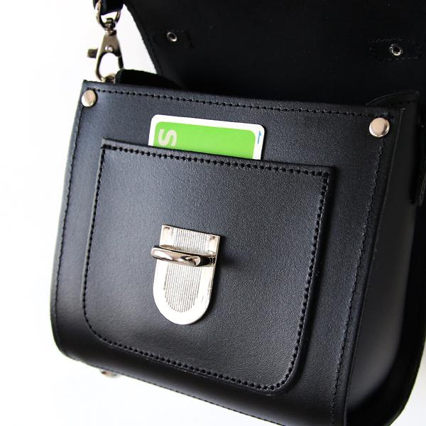 フラップを開けると、交通ICカード等を差し込めるポケット付き(BLACK)