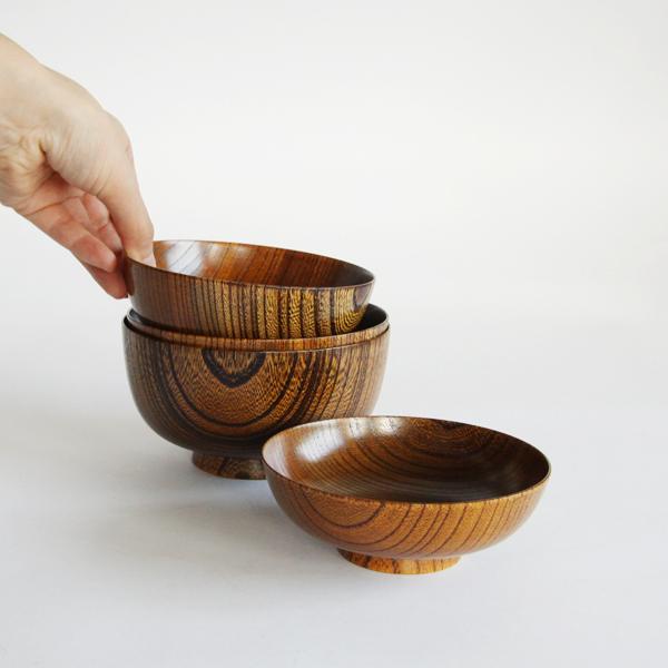 ろくろ挽きにより製造された木製のお椀が4つセットになっています