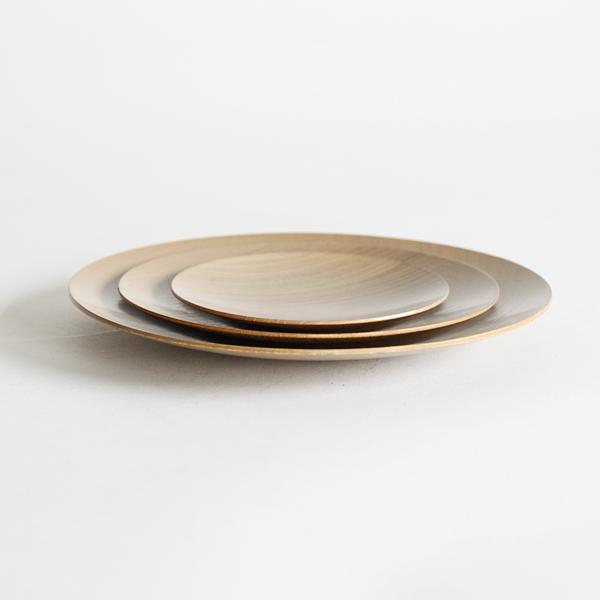 ろくろ挽きにより薄く軽く仕上げられた木製の皿です