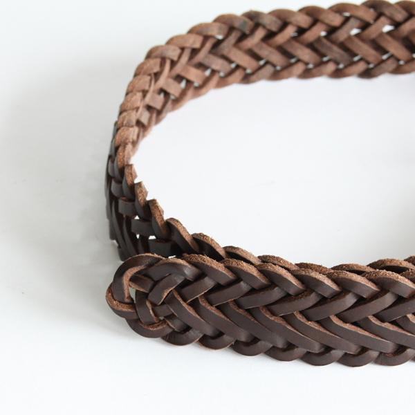 革紐は一切つなぎ目がなく、熟練の職人によって手作業で編み込まれています