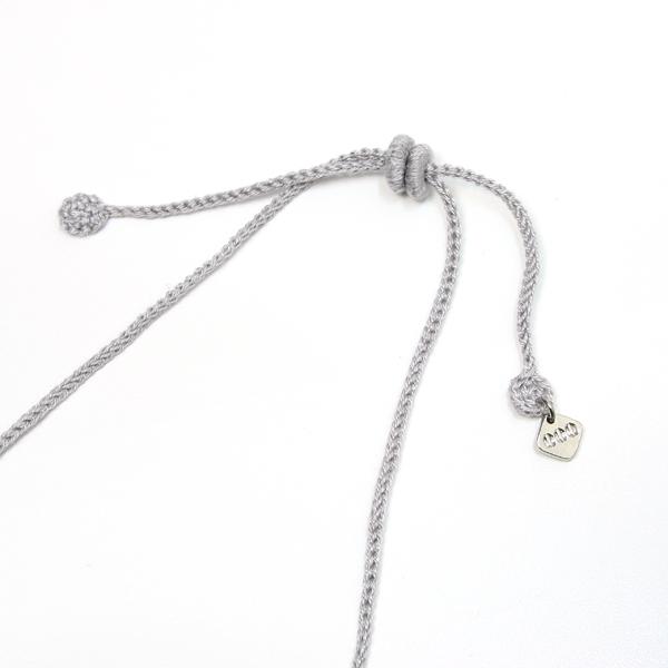 糸で出来た留め具はスライド式で、お好きな長さに調節できます