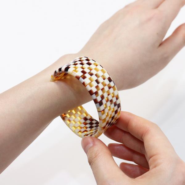 手首の細い部分から差し込むようにして着用します(184.0)