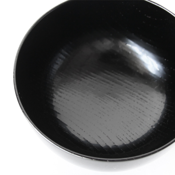 朱色のお椀は黒漆に朱漆、黒色のお椀は朱漆に黒漆が塗り重ねられています
