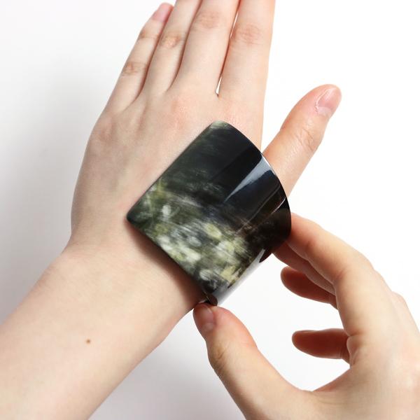 手首の細い部分か、手の横から入れてスライドさせると簡単につけられます