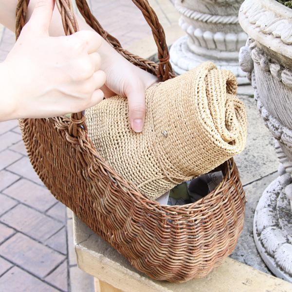 麦わらより柔軟性に富み、折り畳んでも形が崩れにくいという天然のラフィア素材
