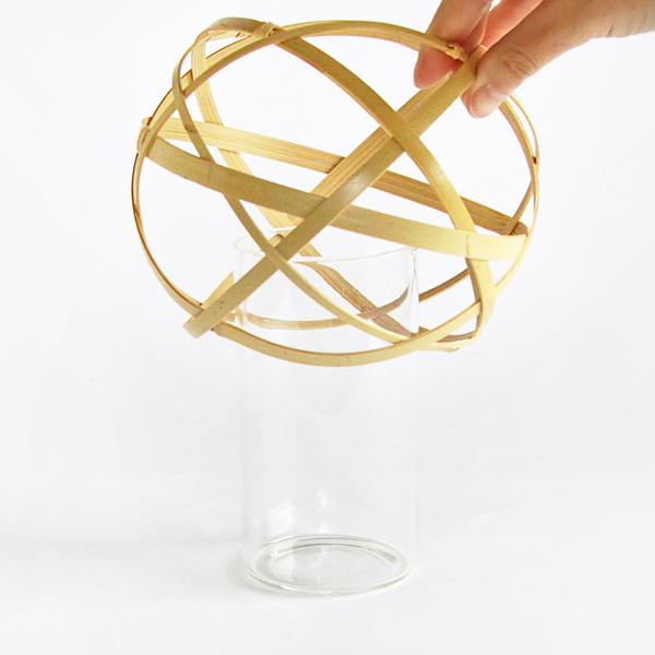 ガラス容器の上から竹カゴをかぶせます