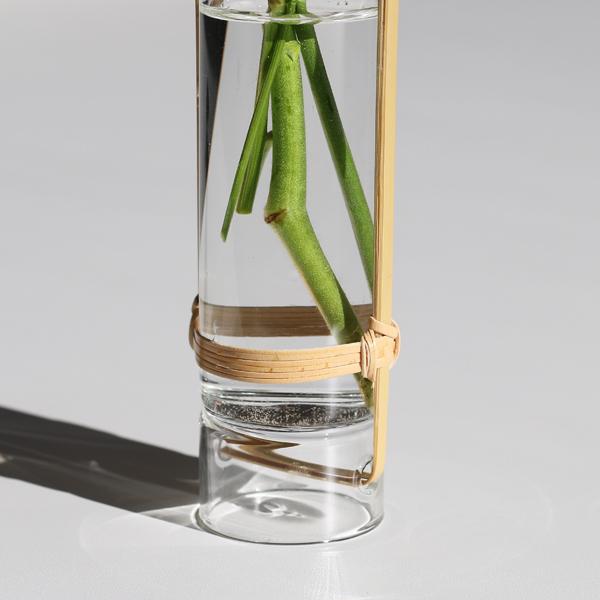 ガラスに竹を通して固定したデザイン