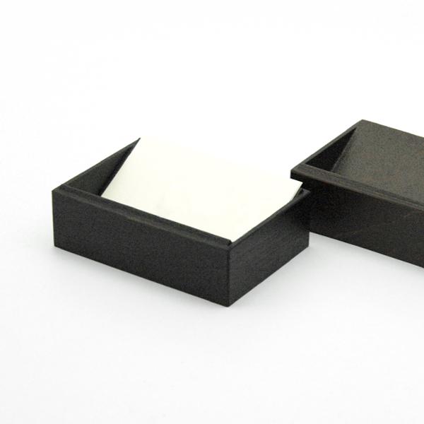内側に傾斜がついているので、カードを立てかけるように見やすい角度で収納出来ます