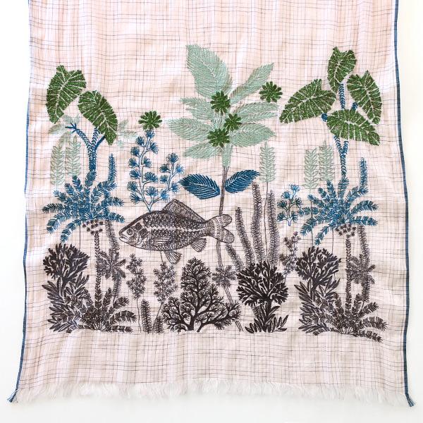 立体的に施された熱帯魚の刺繍
