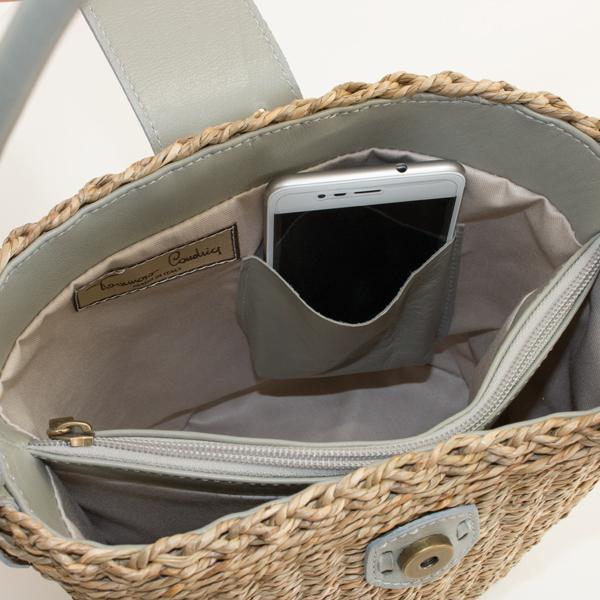 スマートフォンや定期券、鍵等の収納に便利なオープンポケット