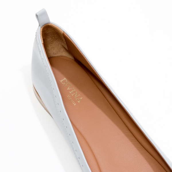 足あたりの良さ・履き心地を追求し、柔らかくしなやかな仔牛の革を使用