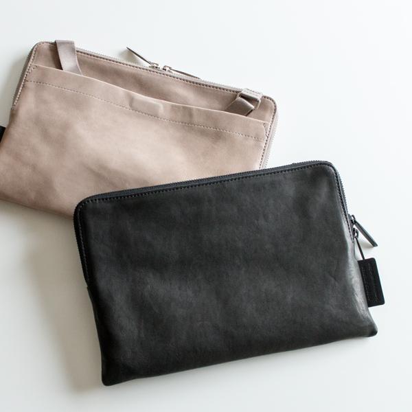 ショルダーストラップを背面ポケットに入れ、クラッチバッグとしてもお使いいただけます