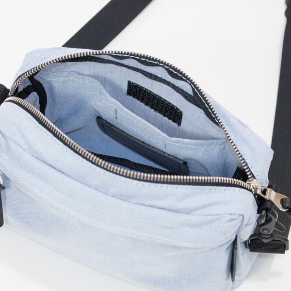 メイン収納内部背面には口元がベルクロでとめられるポケット付き