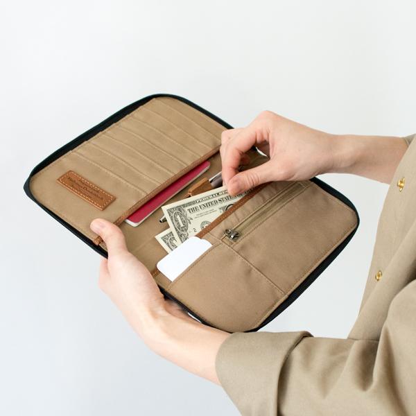 大きいポケットにお札、ファスナーポケットにコインを収納できます