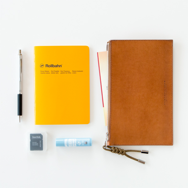 通帳やノート、文具やリップクリームなどの小物収納に(TAN)