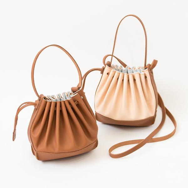 ハンドバッグとしても、ショルダーバッグとしても使えるプリーツレザーバッグ