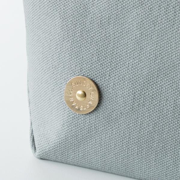 手作業で丸く切り出した真鍮のプレートに、一文字ごとに刻印を施します